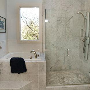 Foto di una stanza da bagno padronale chic di medie dimensioni con vasca giapponese, pavimento in marmo, ante bianche, doccia ad angolo, piastrelle grigie, piastrelle di marmo, pareti bianche, top in marmo, ante con bugna sagomata e lavabo da incasso