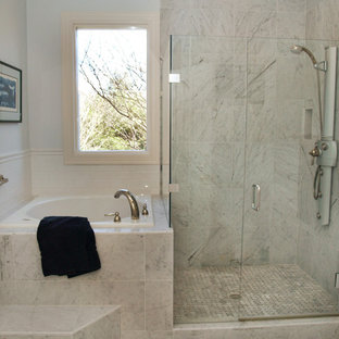 На фото: главные ванные комнаты среднего размера в классическом стиле с японской ванной, мраморным полом, белыми фасадами, угловым душем, серой плиткой, мраморной плиткой, белыми стенами, мраморной столешницей, фасадами с выступающей филенкой и накладной раковиной