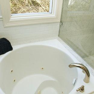 Esempio di una stanza da bagno padronale chic di medie dimensioni con vasca giapponese, pavimento in marmo, ante con bugna sagomata, ante bianche, doccia ad angolo, WC a due pezzi, piastrelle grigie, piastrelle a mosaico, pareti grigie, lavabo da incasso e top in marmo
