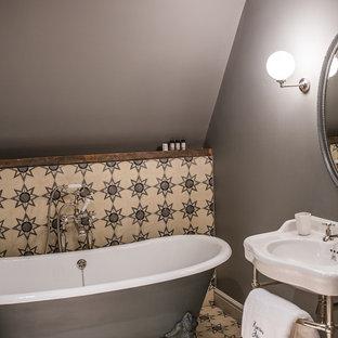 Idee per una piccola stanza da bagno padronale chic con vasca freestanding, piastrelle multicolore, piastrelle di cemento, pareti grigie, pavimento con piastrelle in ceramica e lavabo a consolle