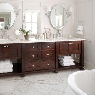 デンバーのトラディショナルスタイルのおしゃれな浴室 (大理石の洗面台、白い洗面カウンター) の写真