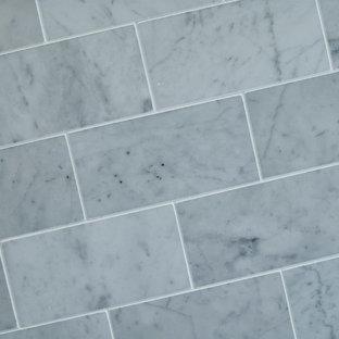 Ispirazione per una piccola stanza da bagno padronale classica con lavabo a colonna, vasca da incasso, vasca/doccia, WC monopezzo, piastrelle grigie e pareti grigie