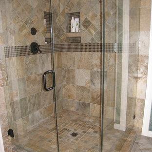 Modelo de cuarto de baño principal, clásico, de tamaño medio, con armarios con paneles empotrados, puertas de armario blancas, bañera empotrada, paredes azules, suelo de baldosas de cerámica, lavabo bajoencimera y encimera de piedra caliza