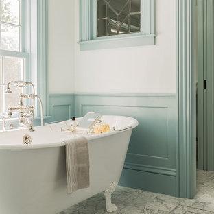Idee per una stanza da bagno padronale classica con vasca con piedi a zampa di leone, pavimento in marmo e pareti multicolore