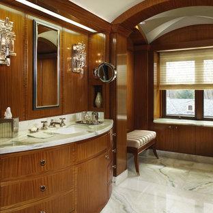 Imagen de cuarto de baño clásico con lavabo bajoencimera