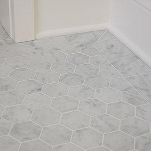 Modelo de cuarto de baño principal, tradicional, pequeño, con baldosas y/o azulejos blancos, baldosas y/o azulejos de piedra, paredes grises y suelo de mármol