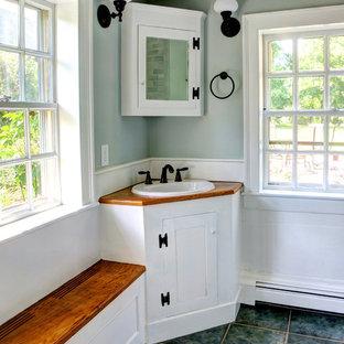Foto på ett rustikt badrum, med ett nedsänkt handfat