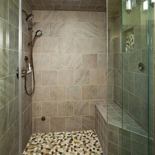 Exemple d'une grand salle de bain principale chic avec une douche à l'italienne, un carrelage multicolore, une plaque de galets, un placard à porte persienne, des portes de placard beiges, un mur beige, un sol en ardoise, un lavabo encastré et un plan de toilette en quartz.
