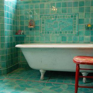 Inredning av ett klassiskt badrum, med ett badkar med tassar, mosaik och turkost golv