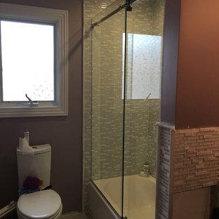Источник вдохновения для домашнего уюта: ванная комната среднего размера в классическом стиле с ванной в нише, душем над ванной, унитазом-моноблоком, серой плиткой, белой плиткой, удлиненной плиткой, коричневыми стенами, полом из керамогранита, душевой кабиной, врезной раковиной и мраморной столешницей