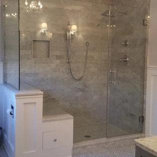 Ispirazione per una stanza da bagno padronale chic di medie dimensioni con doccia alcova, WC monopezzo, piastrelle beige, piastrelle marroni, piastrelle in pietra, pareti beige e pavimento con piastrelle a mosaico