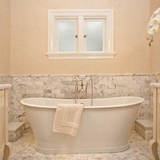Immagine di una piccola stanza da bagno padronale classica con vasca freestanding, piastrelle a mosaico, ante bianche, pavimento con piastrelle a mosaico, top in marmo, lavabo sottopiano, pareti beige e piastrelle bianche