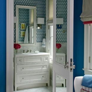 Klassisches Badezimmer mit integriertem Waschbecken, Schrankfronten im Shaker-Stil, weißen Schränken, weißen Fliesen und bunten Wänden in Chicago