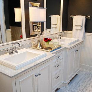 Foto di una stanza da bagno classica con piastrelle a mosaico, lavabo da incasso e pareti nere