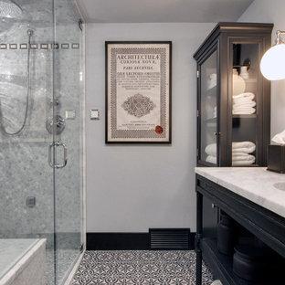 Ejemplo de cuarto de baño con ducha, tradicional, pequeño, con lavabo bajoencimera, puertas de armario negras, encimera de mármol, ducha a ras de suelo, sanitario de una pieza, baldosas y/o azulejos negros, paredes grises, suelo de cemento y armarios abiertos