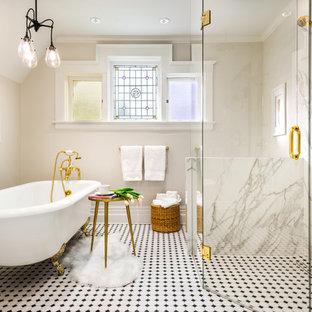 Salle de bain avec du carrelage en marbre et une baignoire sur pieds ...