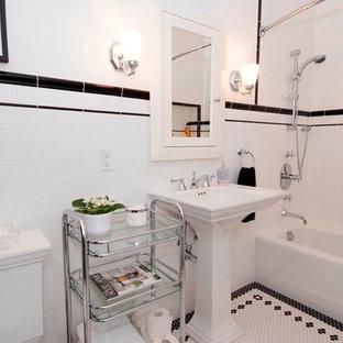Ispirazione per una grande stanza da bagno per bambini tradizionale con lavabo a colonna, ante con riquadro incassato, ante bianche, vasca ad alcova, vasca/doccia, WC a due pezzi, piastrelle bianche, piastrelle in ceramica, pareti bianche e pavimento con piastrelle in ceramica