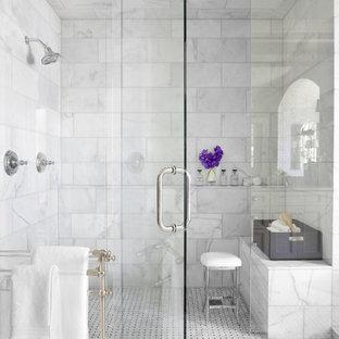 アトランタのトラディショナルスタイルのおしゃれな浴室 (アルコーブ型シャワー、白いタイル、大理石タイル、シャワーベンチ) の写真