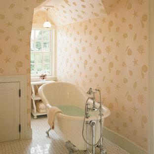 Foto de cuarto de baño tradicional con bañera exenta y paredes multicolor