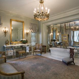 Inspiration för klassiska badrum, med möbel-liknande och ett fristående badkar