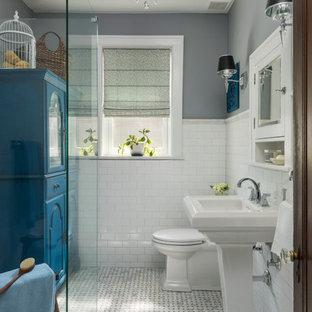 Kleines Klassisches Badezimmer mit bodengleicher Dusche, Wandtoilette mit Spülkasten, weißen Fliesen, grauer Wandfarbe, Marmorboden, Sockelwaschbecken, grauem Boden und Metrofliesen in St. Louis