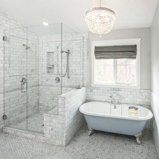 Esempio di una stanza da bagno chic con vasca con piedi a zampa di leone, doccia alcova e piastrelle bianche