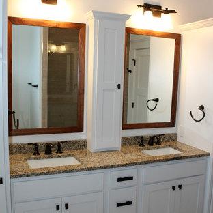 Imagen de cuarto de baño clásico, pequeño, con puertas de armario blancas, sanitario de dos piezas, paredes blancas, suelo de baldosas de cerámica, lavabo bajoencimera, encimera de granito, armarios estilo shaker, bañera encastrada y combinación de ducha y bañera