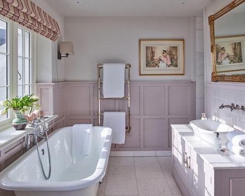 Stanza da bagno classica con ante viola foto idee arredamento