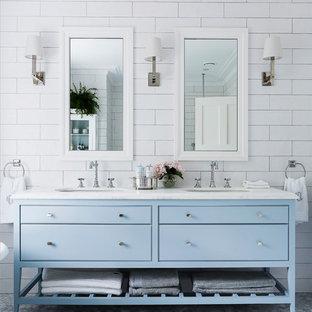 Ispirazione per una stanza da bagno padronale tradizionale con ante blu, pareti bianche, pavimento in marmo, lavabo sottopiano, top in marmo, consolle stile comò, piastrelle bianche e piastrelle diamantate