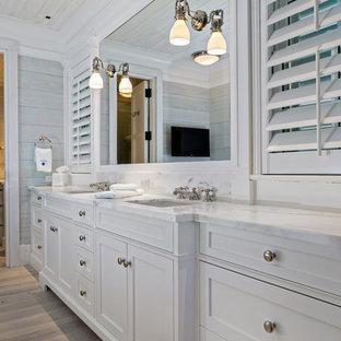 Идея дизайна: большая главная ванная комната в классическом стиле с врезной раковиной, фасадами с утопленной филенкой, белыми фасадами, серыми стенами и светлым паркетным полом