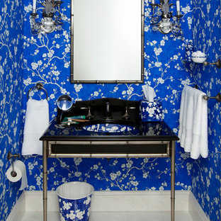 Imagen de cuarto de baño clásico con paredes azules, lavabo tipo consola y encimera de ónix
