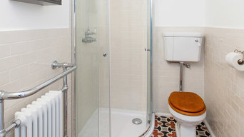 Traditional Bathroom with Shower Enclosure En Suite - Apartment in Budapest, Hun