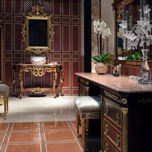 Idéer för ett mycket stort klassiskt badrum, med skåp i mellenmörkt trä, marmorbänkskiva, beige kakel, ett fristående handfat, röda väggar och marmorgolv