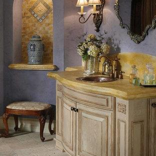 Großes Mediterranes Badezimmer En Suite mit lila Wandfarbe, Travertin, integriertem Waschbecken und beigen Schränken in Houston