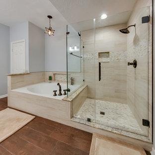 Foto på ett mellanstort maritimt en-suite badrum, med ett hörnbadkar, en hörndusch, beige kakel, porslinskakel, grå väggar, mörkt trägolv, brunt golv och dusch med gångjärnsdörr