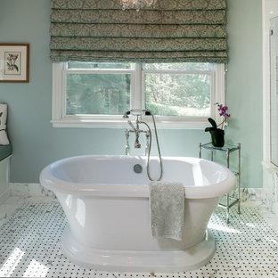 Foto di una stanza da bagno chic con vasca freestanding