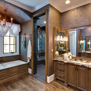 Klassisk inredning av ett stort en-suite badrum, med tunnelbanekakel, bruna väggar, luckor med upphöjd panel, skåp i mörkt trä, ett platsbyggt badkar, våtrum, mörkt trägolv, ett undermonterad handfat, brunt golv och dusch med gångjärnsdörr