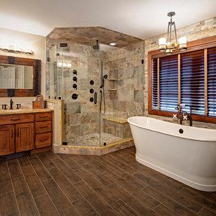 Идея дизайна: большая главная ванная комната в стиле рустика с плоскими фасадами, искусственно-состаренными фасадами, отдельно стоящей ванной, угловым душем, раздельным унитазом, бежевой плиткой, керамической плиткой, бежевыми стенами, паркетным полом среднего тона, врезной раковиной и столешницей из гранита