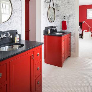 Diseño de cuarto de baño infantil, tradicional renovado, pequeño, con paredes multicolor, armarios tipo mueble, puertas de armario rojas, baldosas y/o azulejos negros, suelo con mosaicos de baldosas, lavabo bajoencimera, encimera de granito, suelo blanco y encimeras negras
