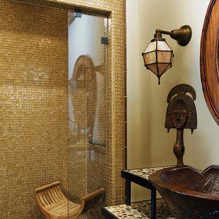 Idee per una stanza da bagno con doccia bohémian con doccia a filo pavimento, piastrelle multicolore, piastrelle di vetro, pareti beige, lavabo rettangolare, top piastrellato e porta doccia a battente
