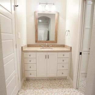 Idee per una piccola stanza da bagno per bambini country con ante in stile shaker, ante bianche, WC monopezzo, piastrelle beige, piastrelle di cemento, pareti grigie, pavimento in gres porcellanato, lavabo da incasso e top in marmo