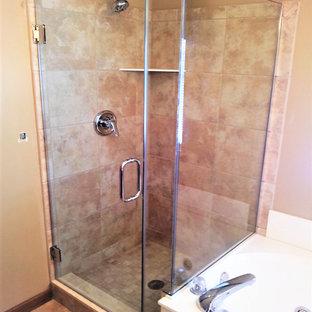 Großes Klassisches Badezimmer En Suite mit freistehender Badewanne, Eckdusche, beigefarbenen Fliesen, Terrakottafliesen, beiger Wandfarbe, Terrakottaboden und Falttür-Duschabtrennung in Indianapolis