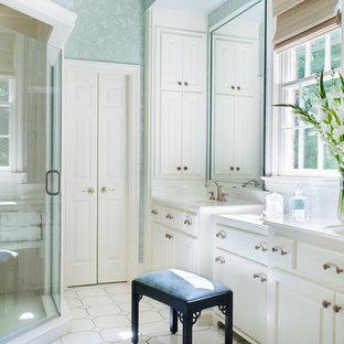 Klassisches Badezimmer En Suite mit integriertem Waschbecken, profilierten Schrankfronten, weißen Schränken, Eckdusche, blauer Wandfarbe, Mosaik-Bodenfliesen, Quarzwerkstein-Waschtisch, weißem Boden und Falttür-Duschabtrennung in Charlotte