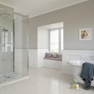 他の地域の大きいトラディショナルスタイルのおしゃれなマスターバスルーム (猫足浴槽、コーナー設置型シャワー、グレーの壁、磁器タイルの床、白いタイル、セラミックタイル) の写真