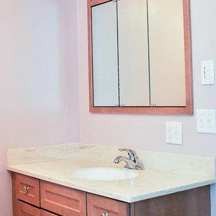 Diseño de cuarto de baño con ducha, clásico, de tamaño medio, con ducha empotrada, sanitario de dos piezas, armarios con paneles empotrados, puertas de armario marrones, bañera empotrada, baldosas y/o azulejos blancos, paredes rosas, suelo de linóleo, lavabo bajoencimera, encimera de granito, suelo rosa y ducha abierta