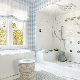 Großes Maritimes Badezimmer En Suite mit Doppeldusche, weißen Fliesen, Porzellan-Bodenfliesen, freistehender Badewanne, Steinplatten, bunten Wänden und offener Dusche in New York