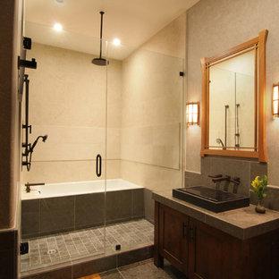 Ispirazione per una stanza da bagno con doccia etnica di medie dimensioni con ante con riquadro incassato, ante in legno bruno, piastrelle beige, piastrelle in pietra, top in marmo, vasca ad alcova, doccia alcova, pareti beige, pavimento in ardesia e lavabo rettangolare