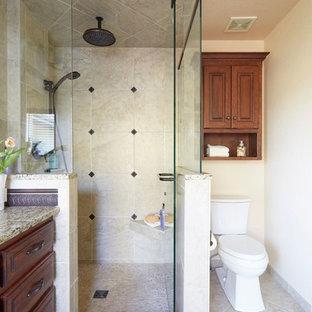 Großes Klassisches Badezimmer En Suite mit profilierten Schrankfronten, dunklen Holzschränken, Einbaubadewanne, Duschnische, Toilette mit Aufsatzspülkasten, beigefarbenen Fliesen, Keramikfliesen, beiger Wandfarbe, Travertin, Unterbauwaschbecken und Granit-Waschbecken/Waschtisch in Denver