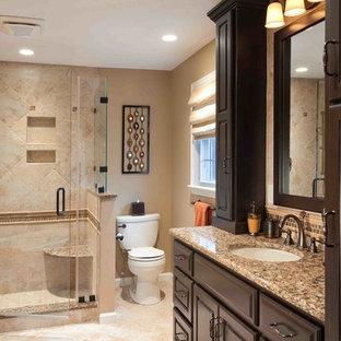 Foto di una stanza da bagno padronale chic di medie dimensioni con ante con bugna sagomata, ante in legno bruno, doccia ad angolo, WC a due pezzi, piastrelle in ceramica, pareti beige, pavimento in travertino, lavabo sottopiano e top in granito
