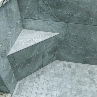 Diseño de cuarto de baño con ducha, clásico renovado, de tamaño medio, con armarios con paneles empotrados, puertas de armario de madera en tonos medios, ducha empotrada, sanitario de dos piezas, baldosas y/o azulejos grises, baldosas y/o azulejos de cerámica, paredes grises, suelo de baldosas de cerámica, lavabo bajoencimera, encimera de granito, suelo gris, ducha con puerta con bisagras y encimeras grises